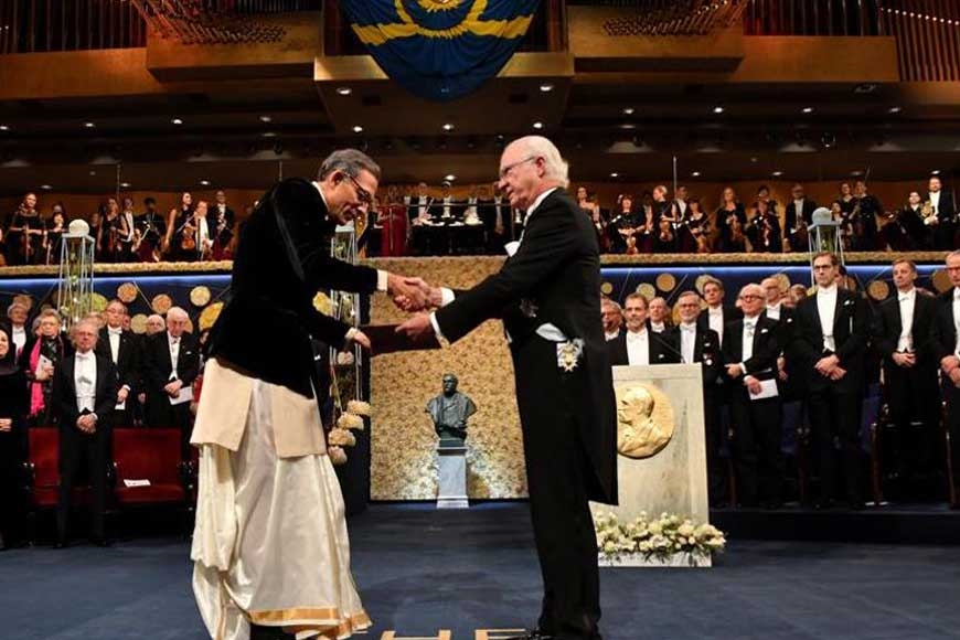 Abhijit Banerjee wore a dhoti while receiving Nobel Prize! How dhoti carries Bengal's pride