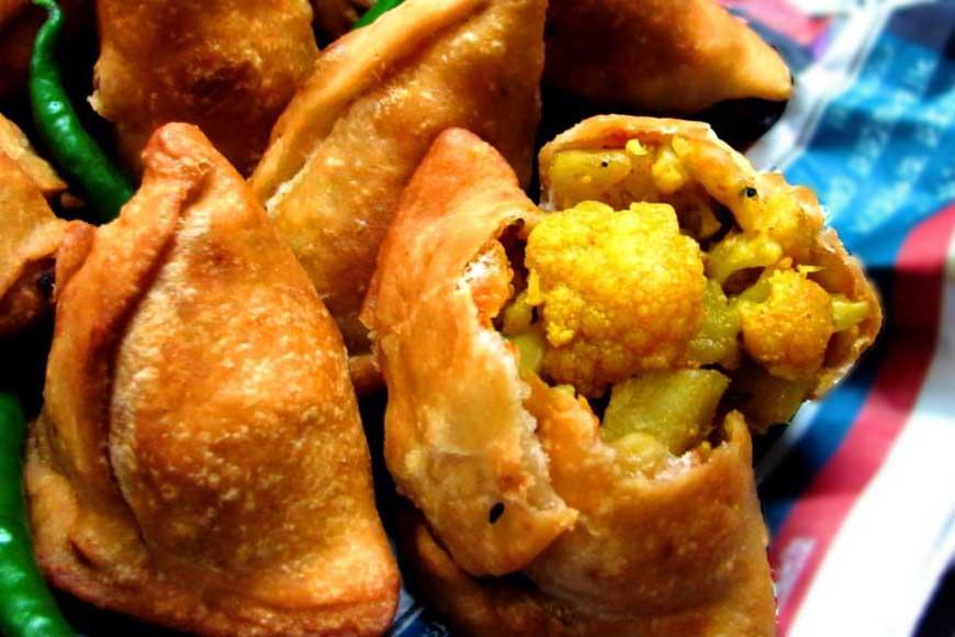 Where do you get the season's best phoolkopir shingara in Kolkata?