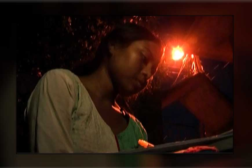 Howrah's Suchorita fights poverty and studies under street-lights!